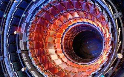 Учени търсят тайните на Вселената с обновен, по-мощен ускорител