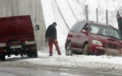 Снегът блокира пътища и спря тока на 60 селища