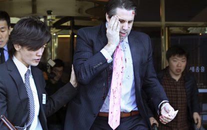 Екстремист с бръснач рани посланика на САЩ в Сеул