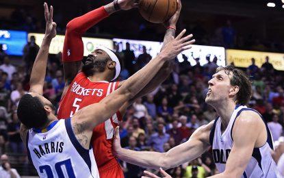 """НБА плейофи: Смит и Хауърд донесоха победата на """"Рокетс"""" над """"Мавс"""""""