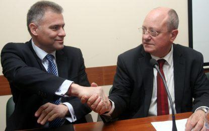 Просветният министър обяви промяна в учебниците и проверки на ДАНС
