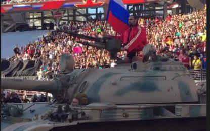 БГ кечист влезе с руски танк и трикольор в Калифорния