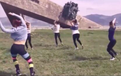 Русия осъди на затвор 3 момичета за танц пред паметник