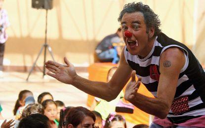 Израелски клоуни лекуват децата в Непал със смях