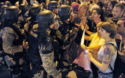 Сблъсъци между протестиращи и полиция по улиците на Скопие