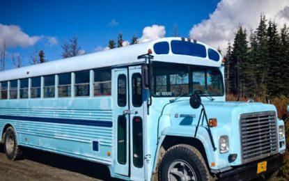 Как пет деца и майка им живеят в пътуващ автобус
