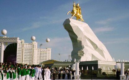 Президентът на Туркменистан си издигна златна статуя