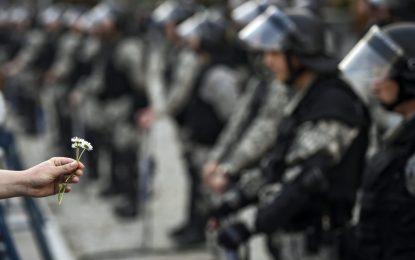 Бонбони за полицията на протеста в Скопие