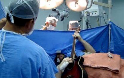 Бразилец свири на китара по време на мозъчната си операция