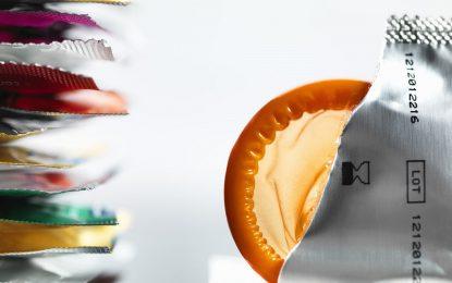 Презервативи светят при контакт със срамна болест