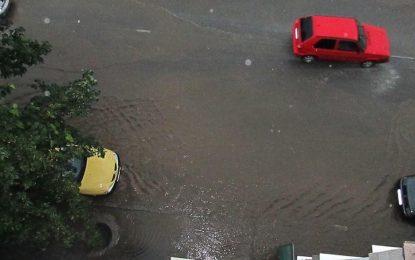 Наводнения и паднали дървета след бурята