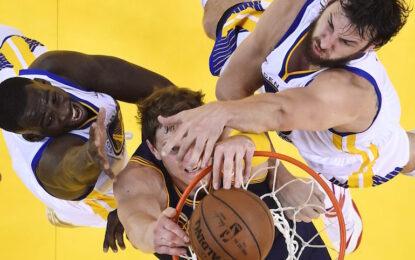 """НБА плейофи: """"Уориърс"""" преодоляха 44-те точки на ЛеБрон и надвиха """"Кевс"""" след продължение"""