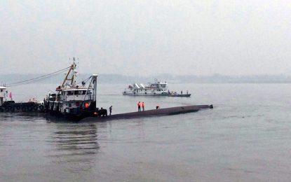 Китайски кораб се преобърна в Яндзъ, стотици са жертвите