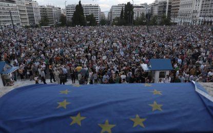 Без сделка, гърците масово теглят пари
