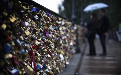 Париж сваля 45 тона любовни катинари