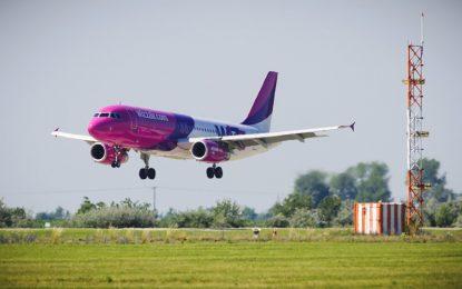 Силен вятър отклони полети, а стотици пътници останаха блокирани
