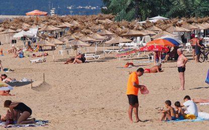 Малко спасители, много заведения по плажовете ни