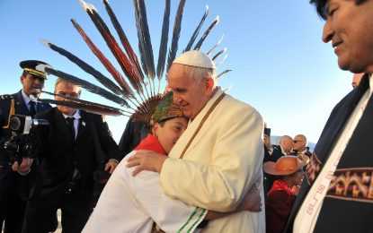 Папата пи чай от кока на път за Боливия