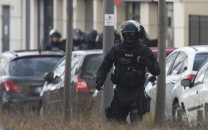 Полицията  в Париж евакуира 18 заложници от магазин