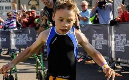 Дете с паралич хвърли проходилката на триатлон