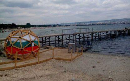 Вандали повредиха единствената пътека за инвалиди край морето