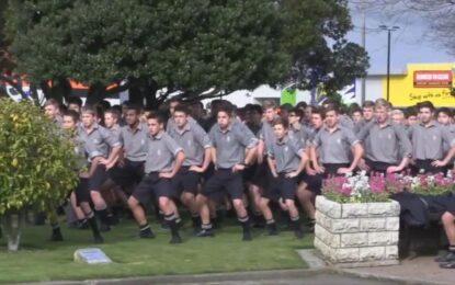 """1700 гимназисти изпратиха учител с """"хака"""" в Нова Зеландия"""
