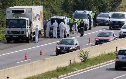 Поне 70 мигранти задушени в камиона в Австрия