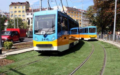 "Трамвай на ""зелено"" край Руски паметник"