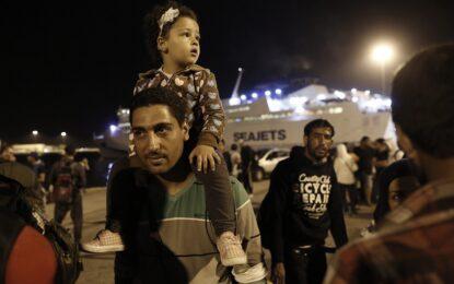 Хиляди имигранти пристигнаха с кораби в Атина