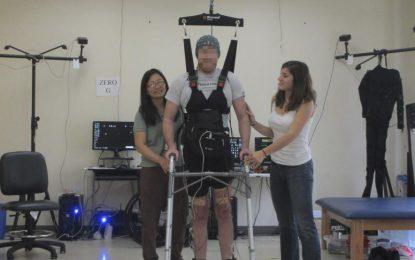 Инвалид проходи с помощта на интерфейс между мозъка и компютър