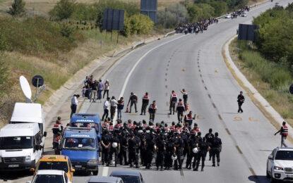 Турция спряла 7000 бежанци на път към България и Гърция