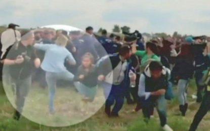 Уволниха унгарска журналистка, ритала мигранти