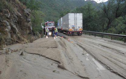 Свлачища и наводнени пътища заради пороите