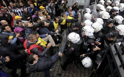 Полицията в Истанбул разгони демонстранти с палки и водни оръдия