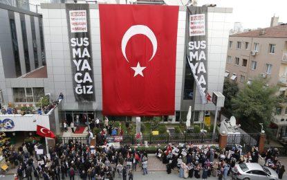 Турската полиция влезе със сила в медии, свързани с Гюлен
