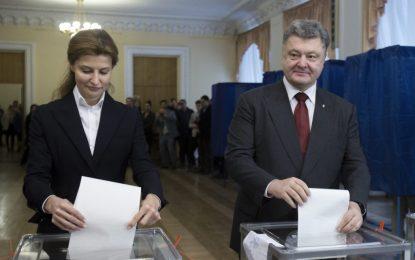 Партията на Порошенко води в Украйна