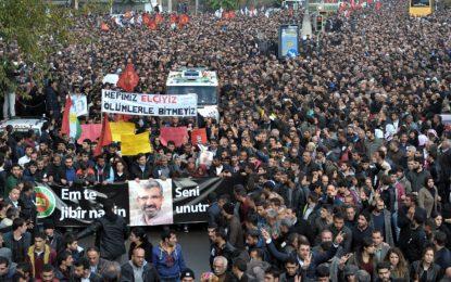 Хиляди хора в Турция изпратиха убития адвокат