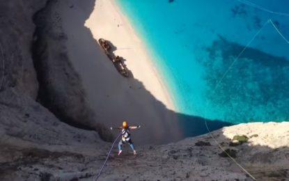 Със 180 метра бънджи от скалите на Закинтос (видео)