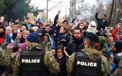 Хиляди мигранти са блокирани между Македония и Гърция