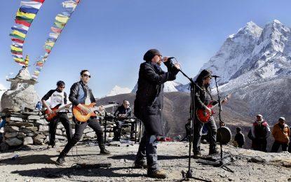 Жестомимичен рапър и рок група свириха в подножието на Еверест