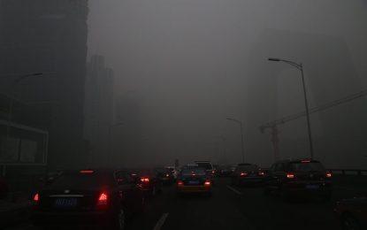 """За пръв път Пекин обяви """"червен код"""" за смог"""
