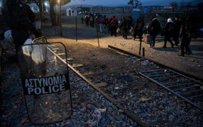 Гръцката жандармерия разчисти бежанците от границата с Македония