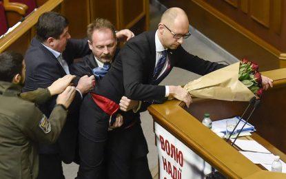Властта в Киев си спретна пердах в парламента (видео)
