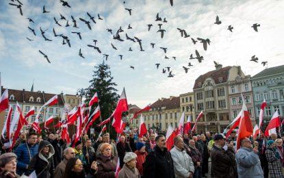 Хиляди поляци излязоха в защита на демокрацията си (галерия)