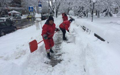 Снегът блокира пътища и остави без ток десетки хиляди