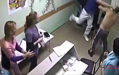 Пациент е починал след удар от лекар в Русия (18+)