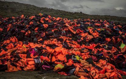 Бежанци шият чанти от спасителните си жилетки
