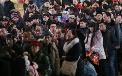 Виелица блокира 100 000 души в жп гара в Китай