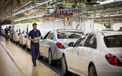 Mercedes уволнява роботи и връща хора