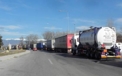 Продължава блокадата на гръцката граница
